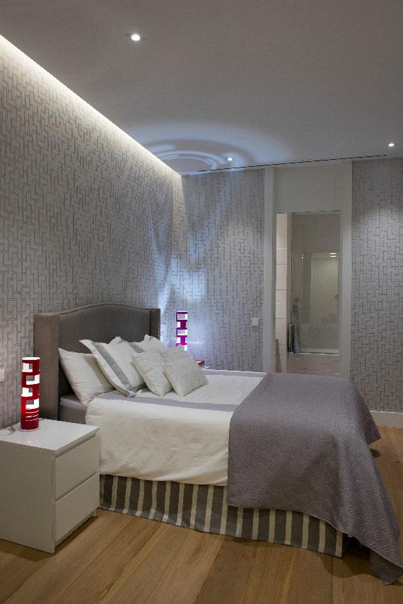 Dormitorio con lámparas de sobremesa de Kundalini y tiras de Metalarc