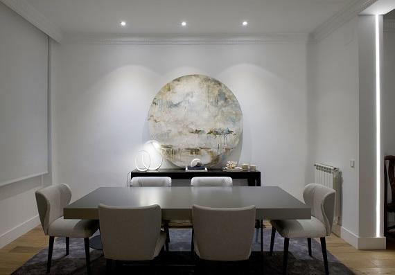Salón comedor con lámparas de sobremesa Anisha (Foscarini), tiras LED y empotrables de Metalarc.