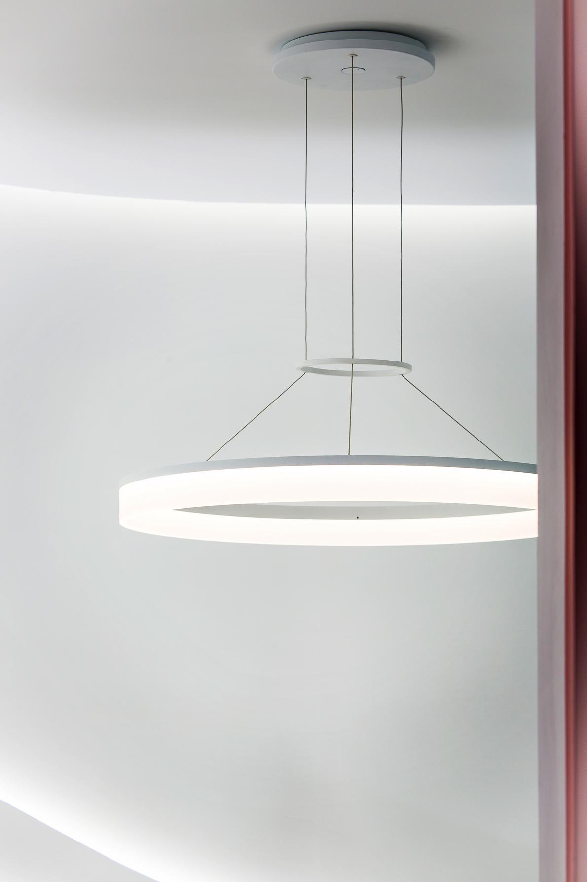 Luminaria suspendida Circ de Leds C4 en el espacio de Escenium