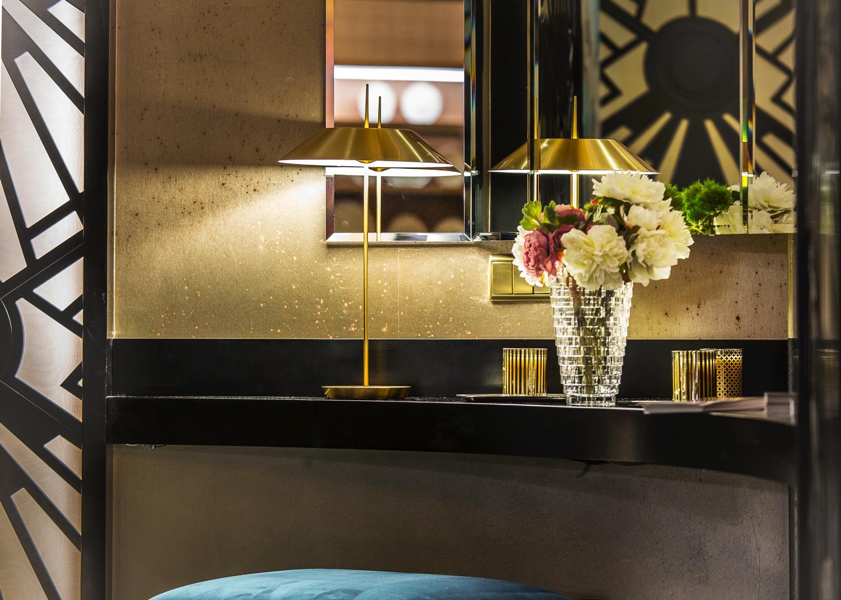 Lámpara de sobremesa Mayfair de Vibia dorada en el espacio Viteri-Lapeña